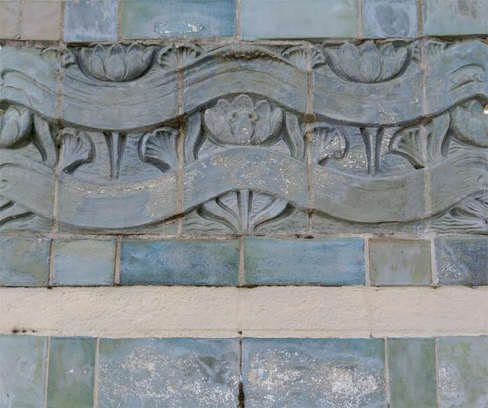 Carreaux ceramique des poteaux de la passerelle debillly