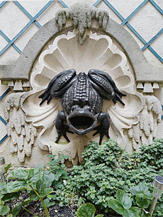 Fontaine cour immeuble 151 rue de grenelle 1